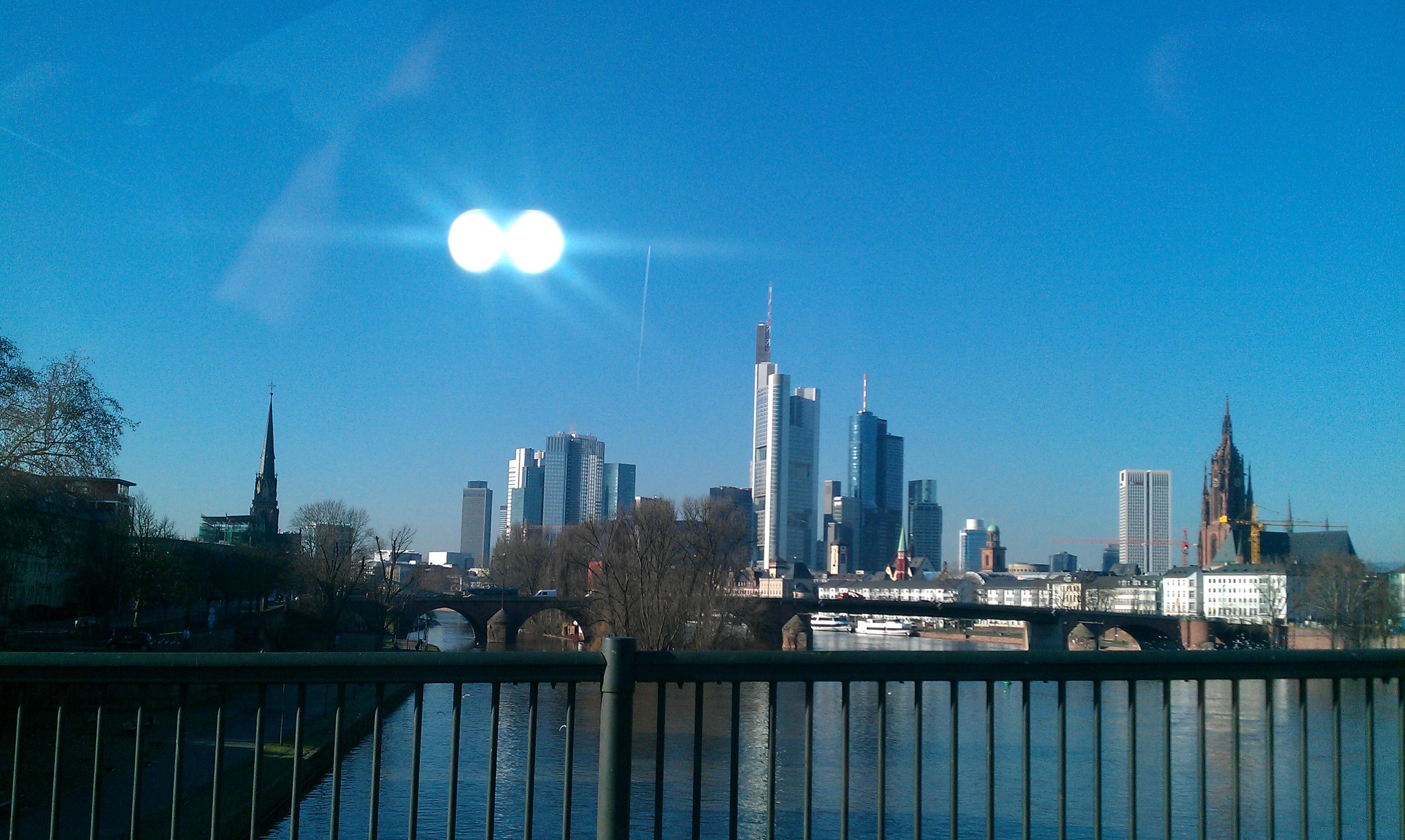 Frankfurter Skyline bei Sonnenschein