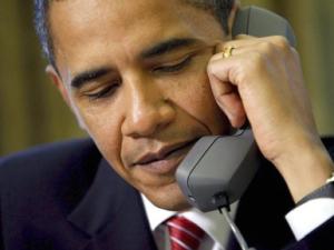 Obama ist am Hörer und spielt Mäuschen