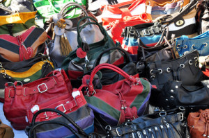 Gebrauchte Handtaschen sind auf Flohmärkten sehr gefragt