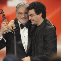 Rolando Villazon überreicht Placedo Domingo den Bambi 2009